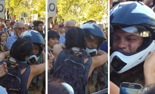 Emocionante imagen: el abrazo entre una manifestante y un carabinero