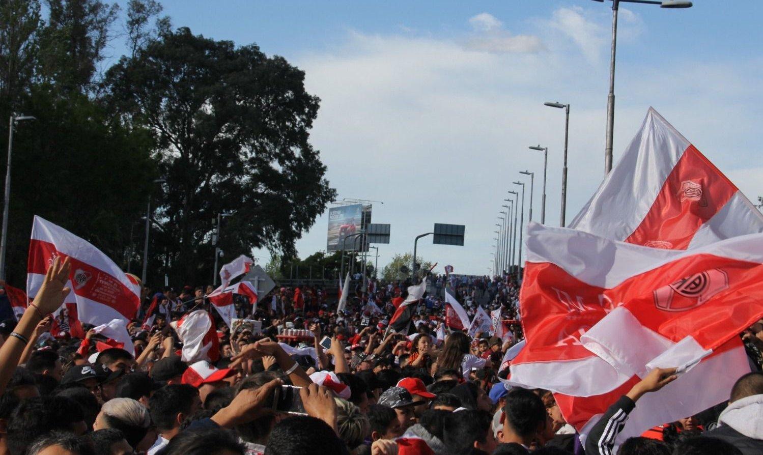 Una multitud despidió al micro de River en el Monumental