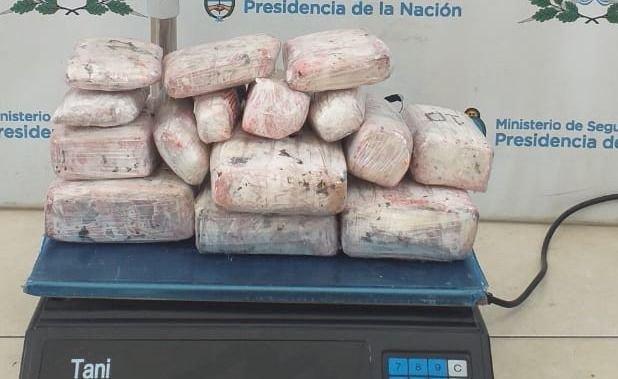 Mendoza: falsa embarazada y un hombre fueron atrapados con ladrillos de marihuana