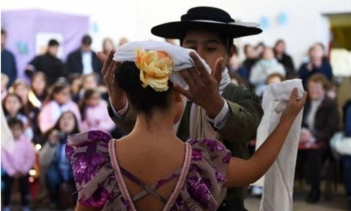 Será obligatoria la enseñanza de folclore en todas las escuelas del país