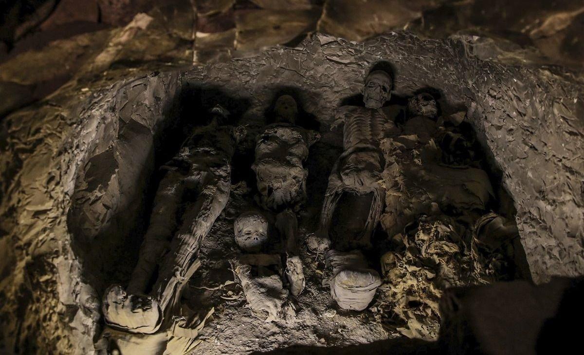 Hallan una tumba decorada y ataúdes antropomorfos con momias