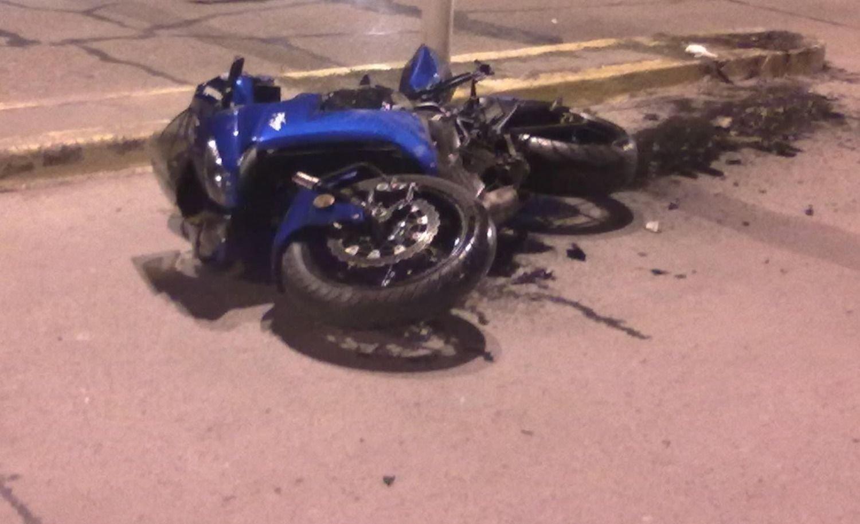 Chocó su moto contra unos caños y perdió la vida